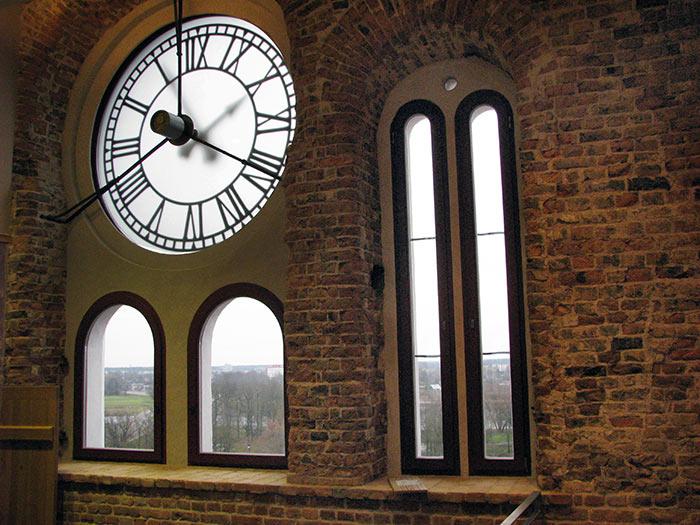 Torņa pulkstenis ar caurspīdīgām ciparnīcām